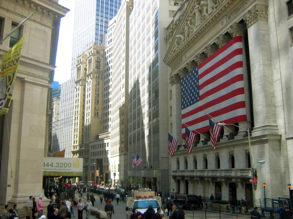 Wall Street cae por incertidumbre sobre estímulos