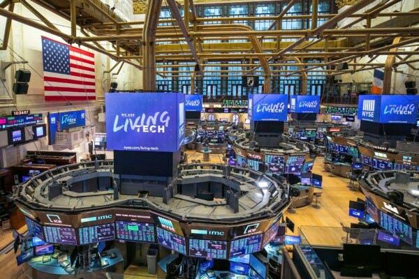Wall Street abre a la baja después de suspensión de pruebas a vacuna de Johnson & Johnson