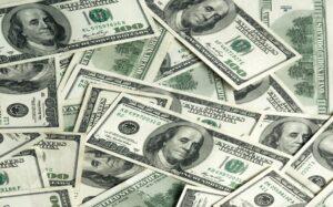 Dólar cae al mínimo de una semana