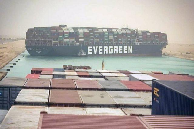 Reaseguradoras asumirán costos del bloqueo de Canal de Suez