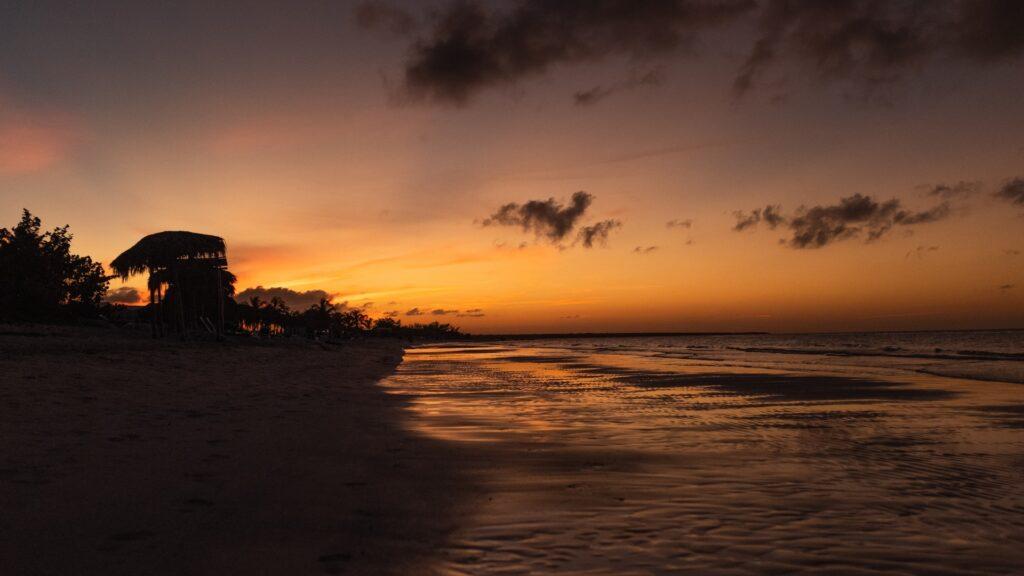 Atardecer en playa mexicana que ilustra el turismo del que habla Daniel Madariaga Barrilado