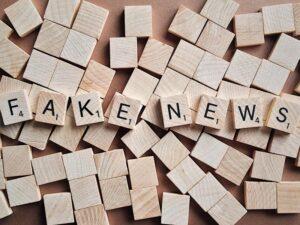 """Tablero de scrabble con la palabra Fake News que Guy Mentel, director de Global Americans ha llamado """"la otra pandemia"""""""